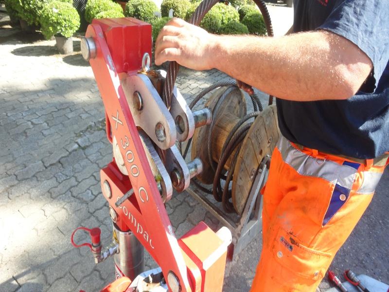 Seil wird in Maschine gelegt, pulling cable is inserted into the machine  © TERRA AG, Reiden, Switzerland