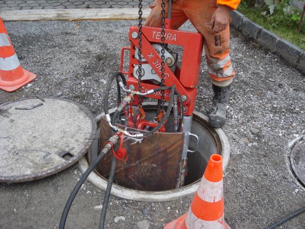 Seilberster im 800mm Schacht, cable burster in manhole © TERRA AG, Reiden, Switzerland